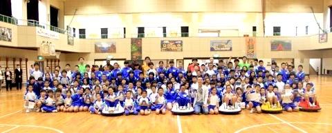 全校生徒300人プログラミング!体育館でロボットを制御して自動運転車に乗り込む1〜6年生!